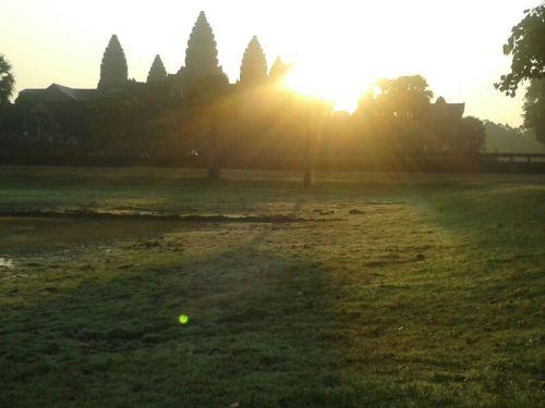 Ondertussen krijg ik de eerste foto uit Siem Reap. Onze dochter lijkt mijn passie voor zonsopkomsten te hebben overgenomen.