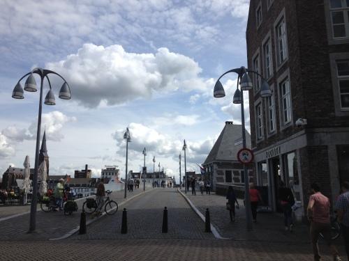 Maastricht, stad van  bruggen. De Sint Servaas laten we links liggen.