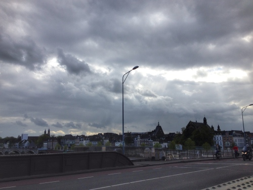 Dag Maastricht, die wolken mag je houden
