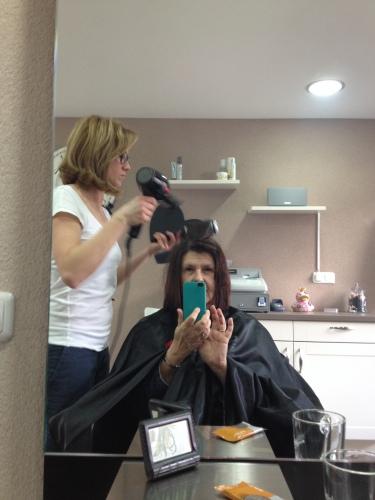 Bianca doet weer haar uiterste best iets van mijn sluike haar te maken.