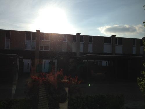 De zon zakt langzaam weg achter de huizen aan de overkant. Dag dag, je was top!