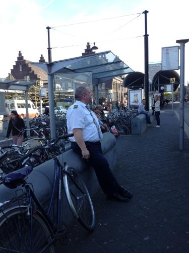 """""""This is the captain of your ship"""" Dat liedje komt steeds in mijn hoofd op als ik de Belgische buschauffeurs zie staan bij het station."""