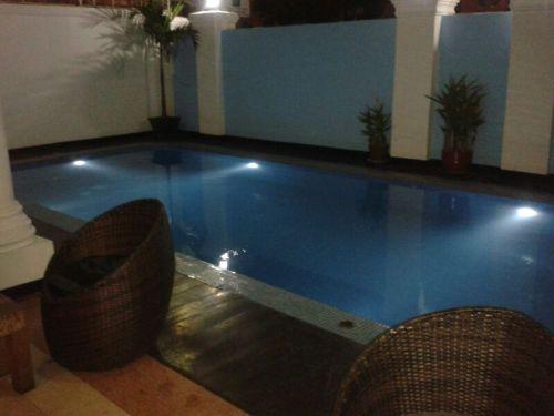 Whatsapp van dochter, youthhostels in Cambodja hebben gewoon een zwembad en wifi...luxe