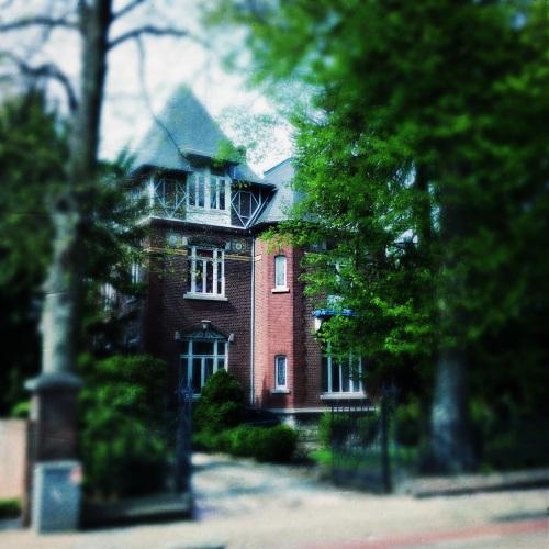 Vandaag bekijk ik dit huis eens van dichtbij en zie dat het er miserabel bij staat. Zo jammer.