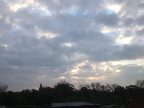 Ergens achter die wolken schijnt de zon. Ik krijg hem vandaag bijna niet te zien