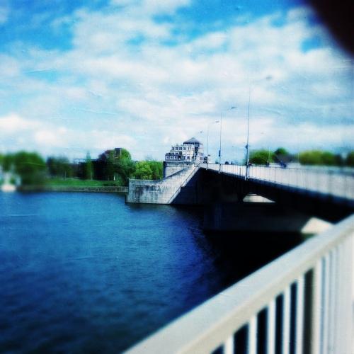 Even een auto ophalen aan de andere kant van de brug. De lucht is weer indrukwekkend.