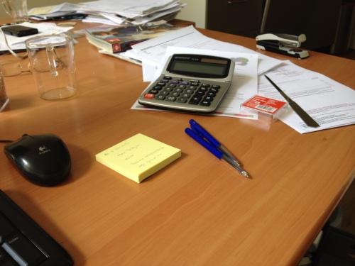 Mijn bureau lijkt leeg, maar schijn bedriegt.
