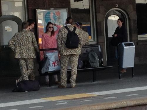 Station Maastricht, smeltkroes vol vreemde figuren. Wat te denekn van dit groepje studenten in tijgerprint? Ik zoek de verborgen camera..Onee, dat ben ik zelf