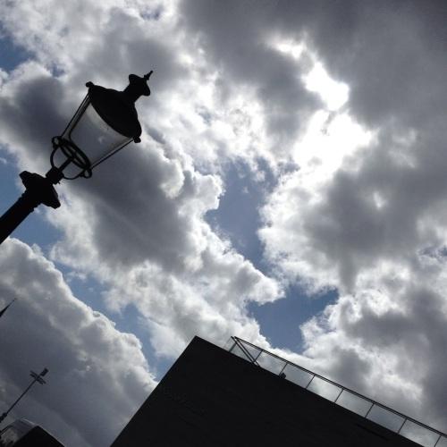Kijk nou toch gewoon eens omhoog. Witte wolken en hemelsblauw, een perfecte combinatie.
