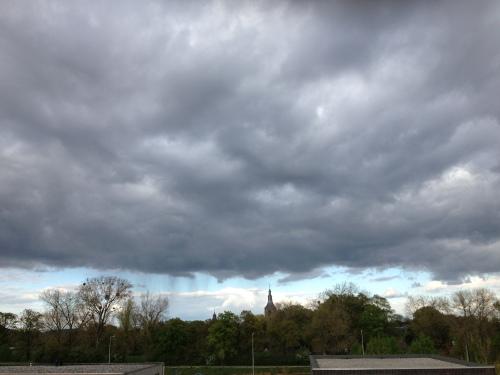 Er hangt ons iets boven het hoofd. In de verte zie je de regen al vallen. Het is weer mooi geweest. Dag dag, tot morgen