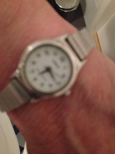 Zo zie ik mijn horloge als ik zonder bril op mijn neus in alle vroegte ontwaak