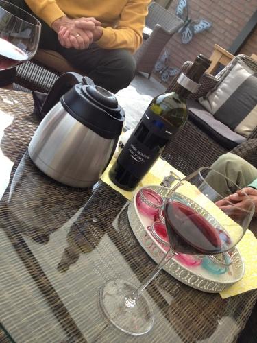 na de koffie komt de wijn. Het is tenslotte feest