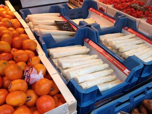 De beste groenteman van Maastricht staat gewoon met een kar op de markt.