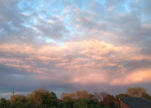 De hemel wordt steeds mooier. Ik denk dat ik hier voorlopig maar blijf staan. Dag, dag, tot morgen.