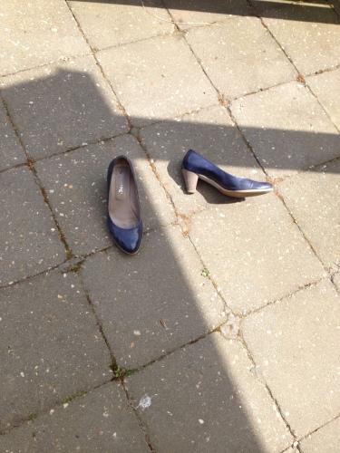 de schoenen liggen lekker in de zon. Toch een beetje de omgekeerde wereld