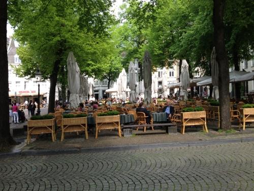 O.L Vrouweplein. Het gezelligste plein van Maastricht. Volop groen en volle terrasjes