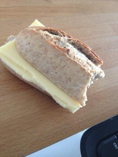 Het broodje is half op, of is het half over?