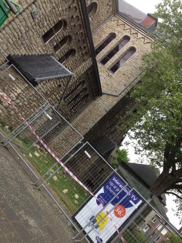 Via een omweg tot nog even naar het dorp. Onze kerk heeft de blikseminslag niet geheel zonder schade overleeft. Schoorsteen in puin en gaten in het dak.