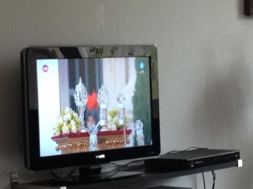 De man kijkt naar Rome tv...Zou hij aan bekering toe zijn?