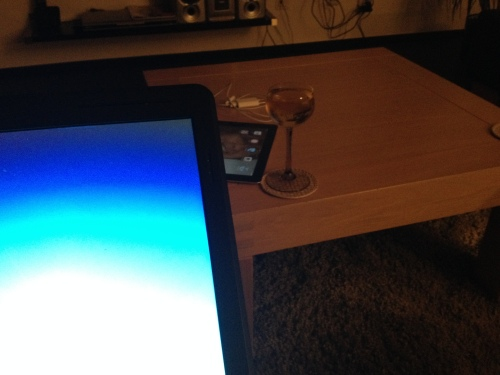 Laptop op schoot, i/pad onder handbereik, glaasje gevuld. Ik ben er klaar voor. Dag dag, tot morgen.