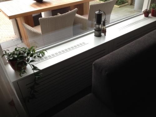 De ombouw voor de radiator is klaar. MET roosters voor de broodnodige circulatie. Ik ben voor. Dag dag, tot morgen!