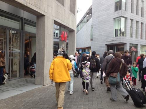 Een heel groep Japanners trekt voorbij.