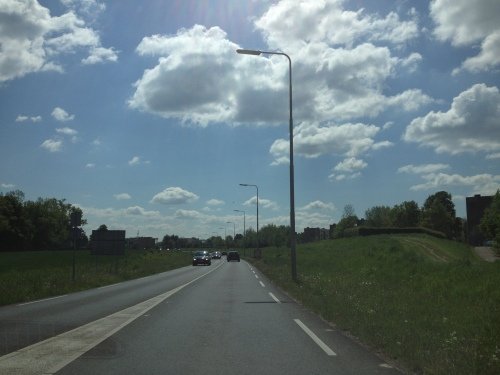 We gaan helemaal naar Duitsland. Daar aan het einde van de straat. We kunnen het  lopen, maar de auto heeft benzine nodig.