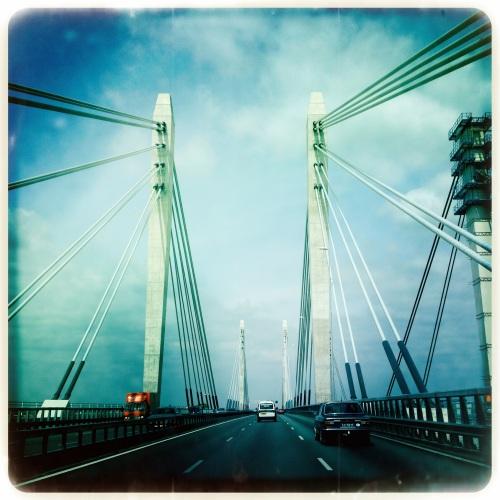 we gaan de brug over en zijn nu boven de rivieren.