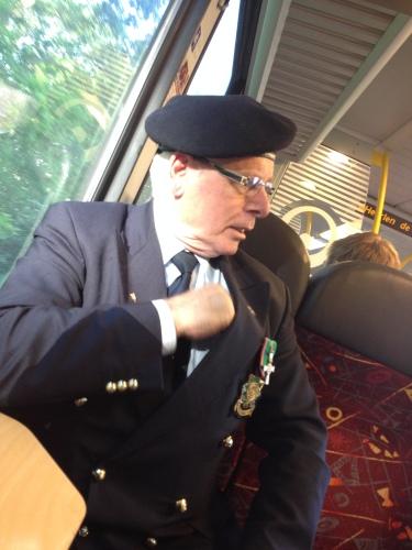 Op het volgende station krijg ik gezelschap van een groep oud-mariniers ...De mannen gaan naar Wageningen voor  het militaire defile