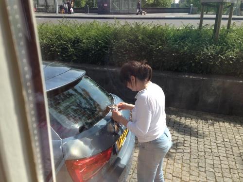 terwijl zus de auto poetst