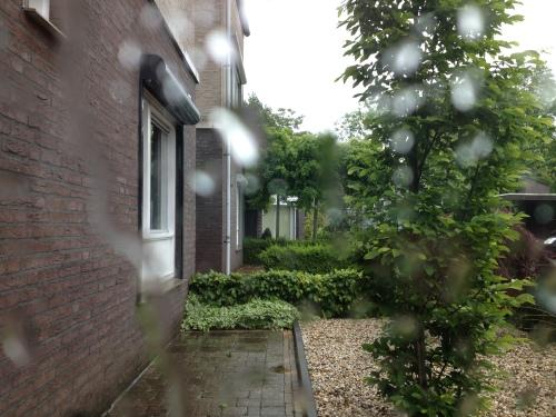 Ik moet er toch  aan geloven , boodschappen doen in de stromende regen..