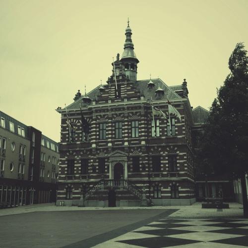 Ons oude stadhuis, een parel op een akelig kaal plein