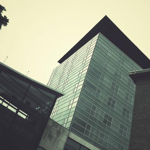 Het stadskantoor, hoog en strak.