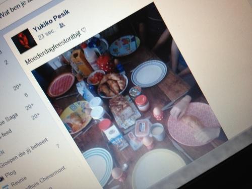 Op facebook komen bloemen, kaarten, cadeautjes en zelfs feestelijke ontbijttafels voorbij.