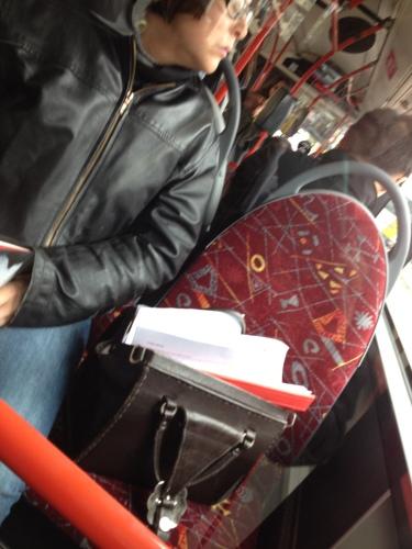 Deze breedzitter heb ik al vaker gezien, altijd dezelfde plek, tas op de stoel, boek in handen. Volle bus of geen volle bus, ik zit.