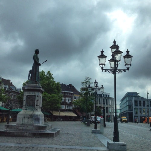 De markt,vanuit de bus gezien met het beeld van Minckeleers