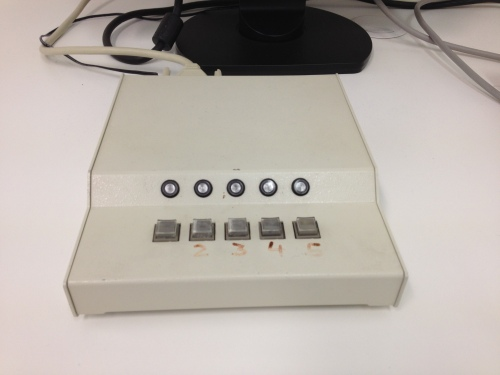 De laatste test, knopjes indrukken die corresponderen met de plek van een kruisje op een beeldscherm. klik klik klik