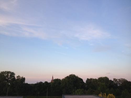 De avondzon kleurt de toren weer rood.