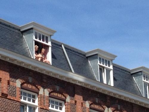 Je bent student, woont in een kamer zonder balkon,  dan hang je gewoon je benen in de dakgoot.