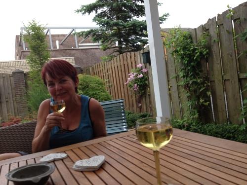 Na het eten komt vriendin Annie even op de koffie...en de wijn. Proost Annie! Het was weer fijn. Dag dag, tot morgen!