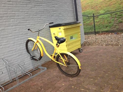 Het is geel en het past bij de container...maar geen zon