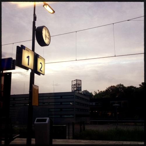 Om een minuut voor zes vanuit  de  trein de dag zien ontwaken.
