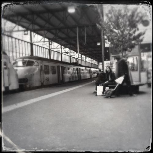 Eindhoven, De eerste overstap Tijd voor koffie en bekijken. Sitting on a platform, waiting for your train to come. ~James Morrison
