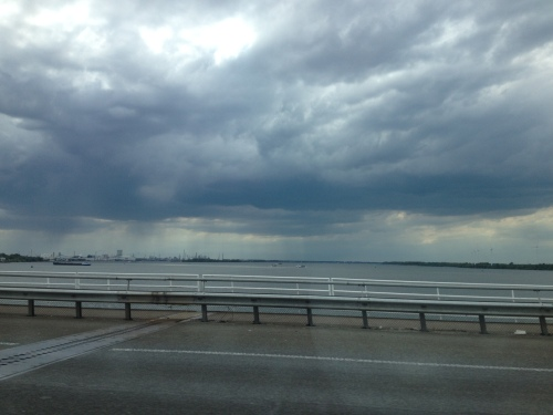Uitzicht vanaf de Moerdijk. Het regent boven het Hollandsch Diep