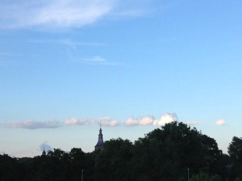 Rose omrande wolken raken mijn favoriete toren aan. Het is weer mooi zo. Dag dag, tot morgen!