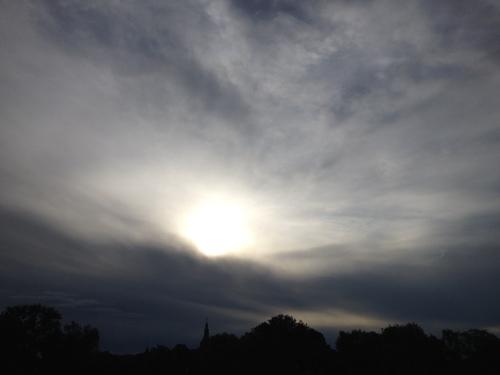 De zon stelt zich verdekt op, geen goed begin volgens mij.