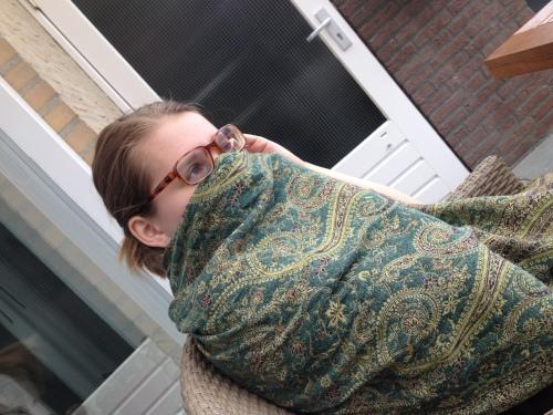 Dochter op bezoek. Is ze moslima geworden of wil ze gewoon niet op de foto? Hoe dan ook, ik ben blij dat ze er is.