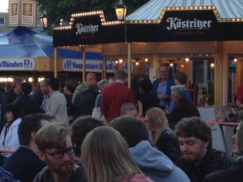 Hé, die man met dat rode jasje? is dat niet..? Jaaaa Marcel Mahr, wereldberoemd in Kerkrade en omstreken.