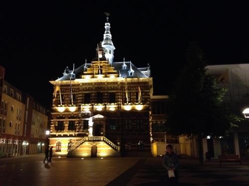 Een fijne avond afsluiten met een sfeerfoto van het oude stadhuis