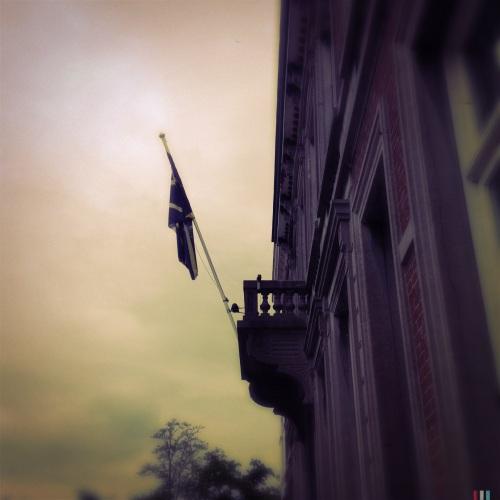 Ze hangen de vlag uit...geen idee waarom.